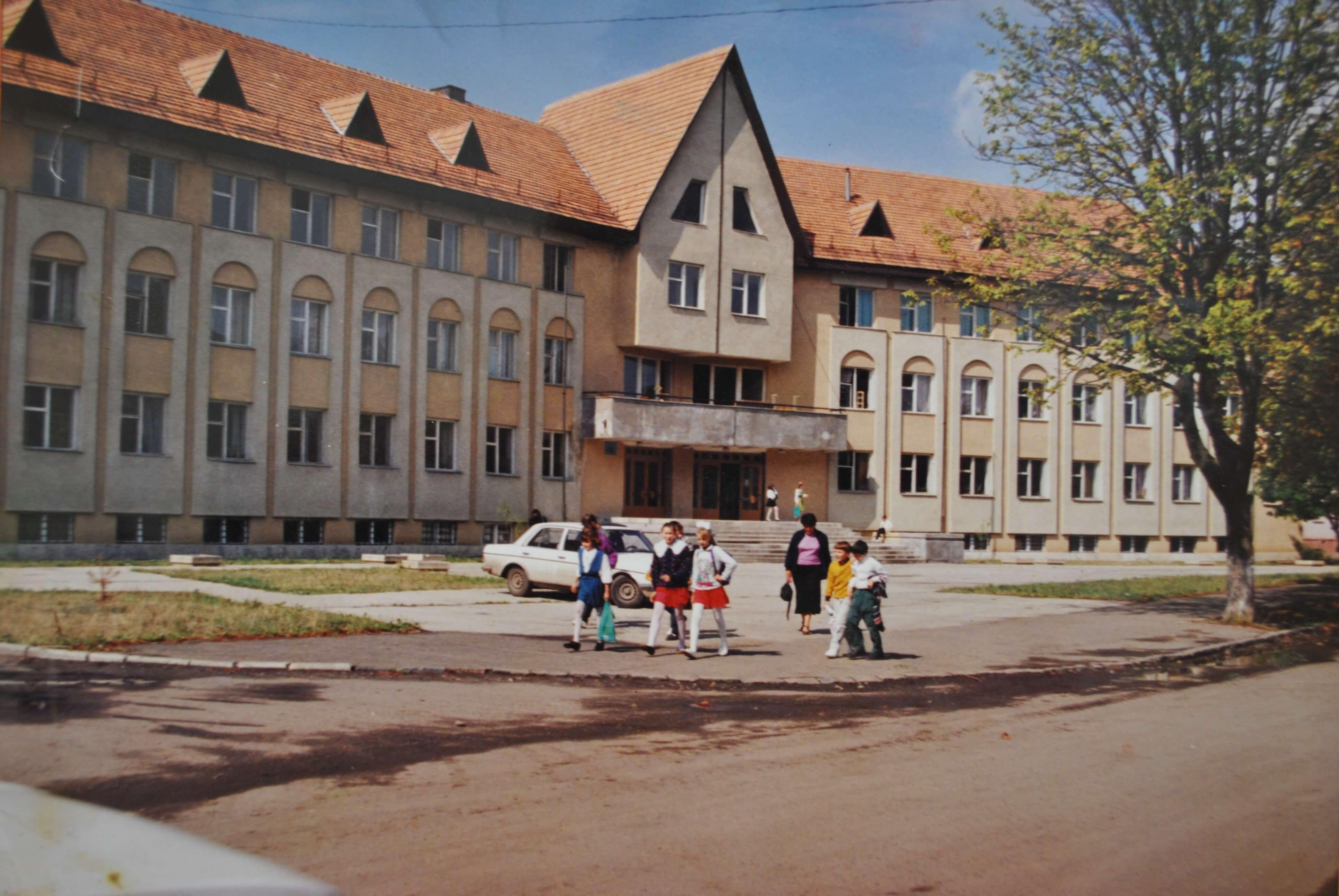 Гостинно відкрила двері для школярів Ужгородська загальноосвітня школа №20(1992 р.)