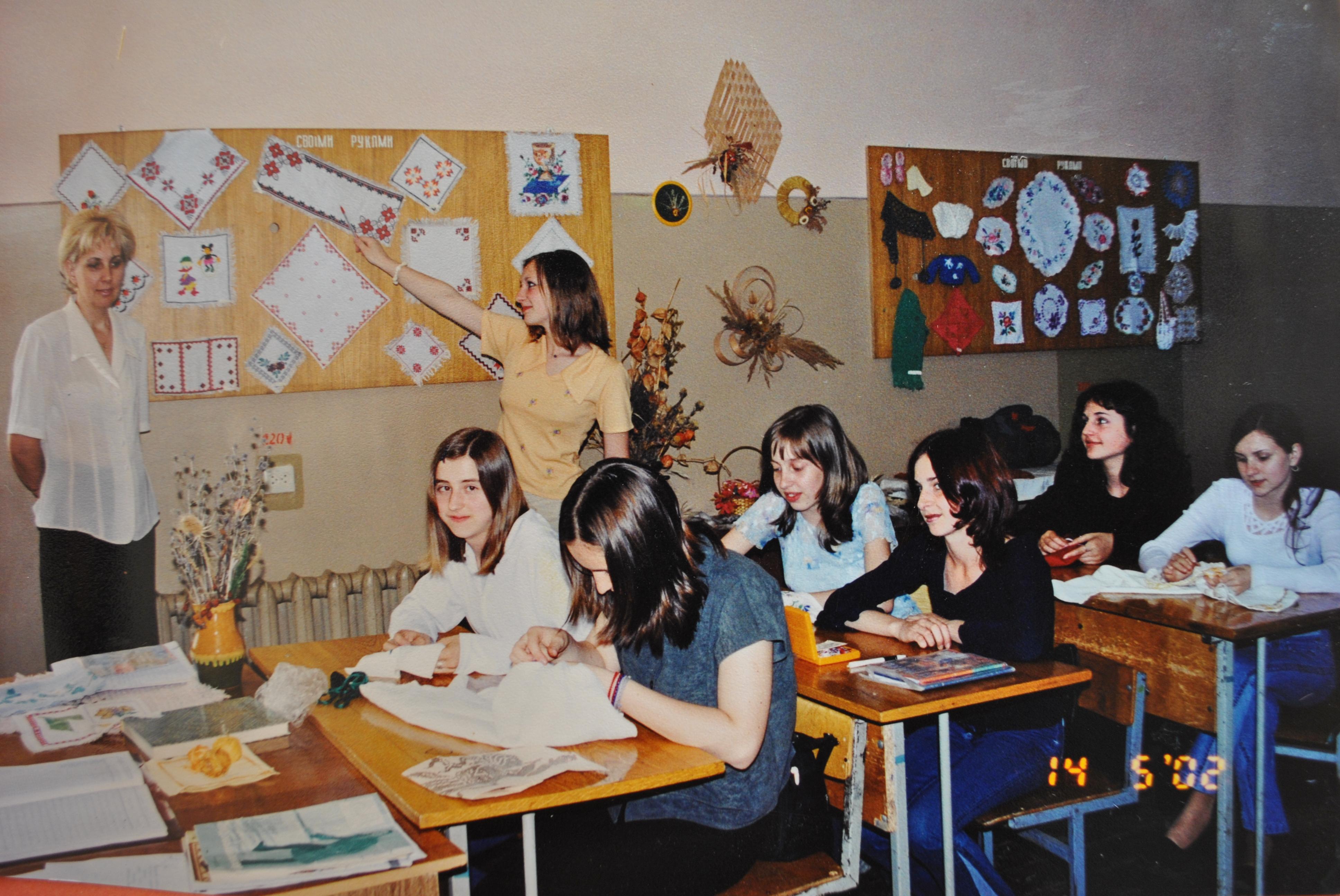 Вишивала дівчина вишивала (у кабінеті трудового навчання) (2000 р.)
